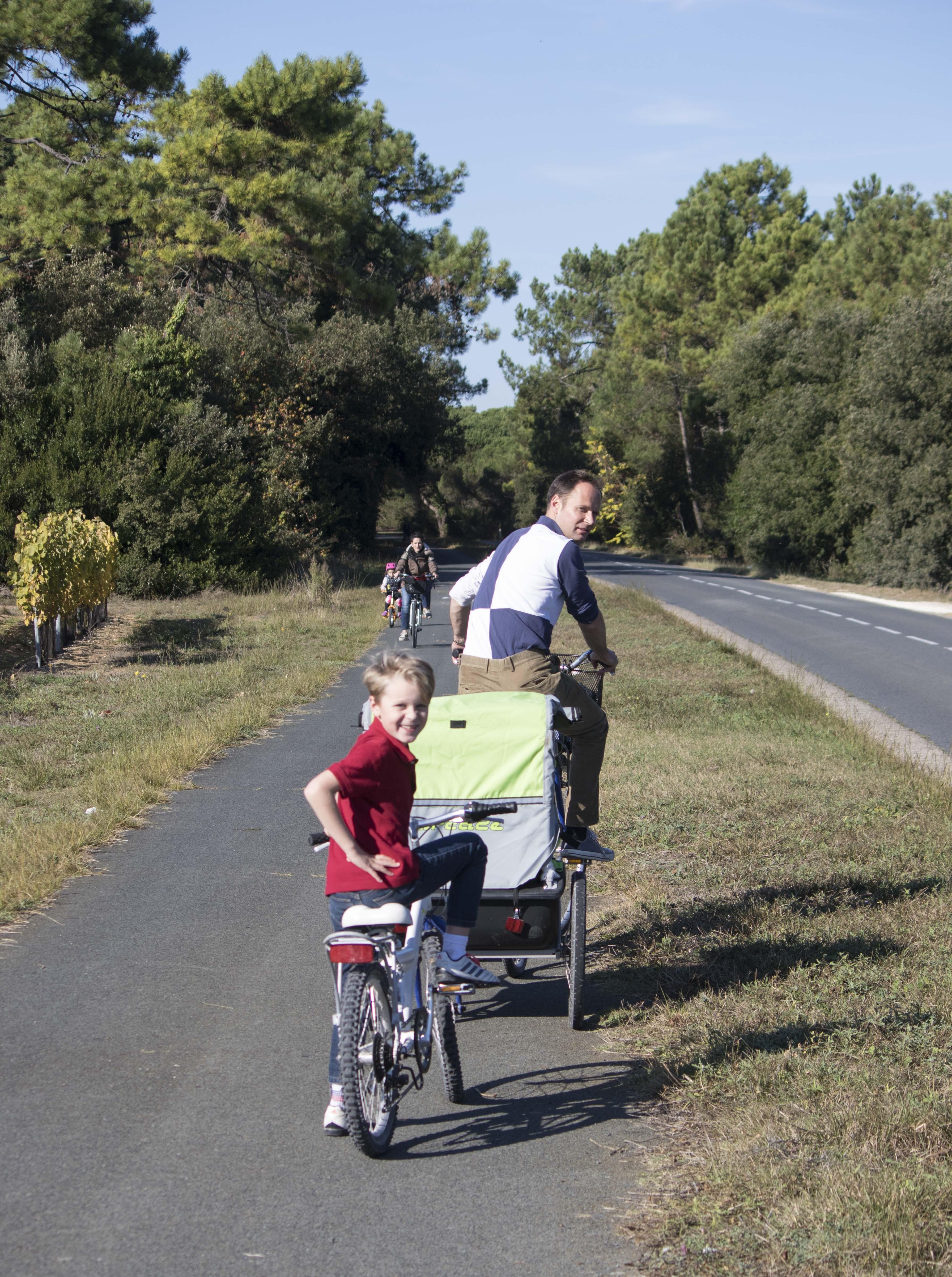 Cycle path on Ile de Re/Piste cyclable sur l'Ile de Re